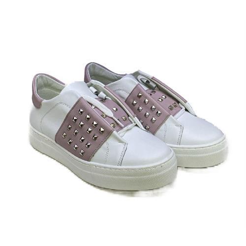 sneakers-bianche-con-fascia-rosa-e-borchie